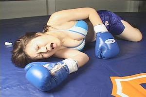 ノックダウンされた女子ボクサー