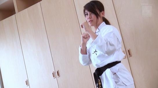 空手黒帯の上田唯叶22歳が道着姿でAVデビュー、マウントポジションで激振り昇天!